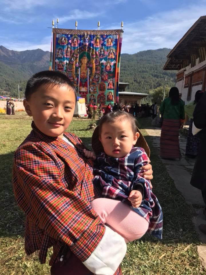 enfants qui fréquentent le Festival Jambay Lhakhang